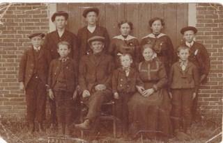 5-familie-aeilko-kamst-1873-1943-achter-vlnr-geert-aeilko-nanno-antje-anna-jan-voor-jannes-aeilko-klaas-trijntje-en-derk-kopie