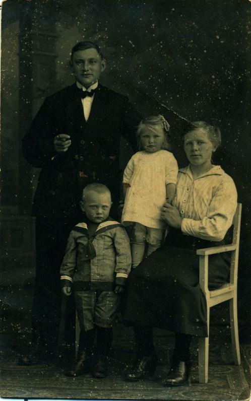 brandtje-c-brandsema-1894-1980-christiana-sterenburg-1896-1980-met-brandtje-1918-1997-en-grietje-1920-kopie