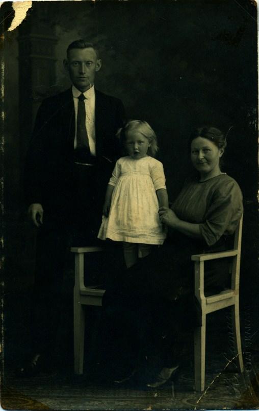 nanno-jakob-brandsema-1891-1969-alberdina-gruppelaar-1896-1983-en-dochter-nantina-brandsema-1920-kopie