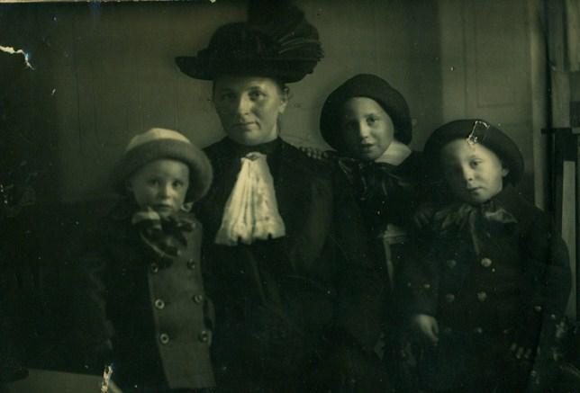 8-jantiena-luikens-kamst-1987-1956-met-zonen-vlnr-anton-1910-1977-houko-1907-1945-en-gebhard-1909-1985-1-kopie