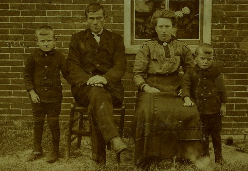 jan-1908-1943-douwe-drenth-1885-1966-teerske-bruinsma-1886-1964-en-eelse-1910-1985-kopie