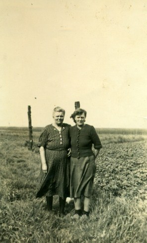 neeltje-wind-kuiper-1891-1970-en-haar-schoon-zus-grietje-kuiper-boven-1905-kopie